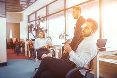 Momenti di divertimento dei colleghi in ufficio soleggiato immagine stock