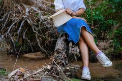 Momenti di rilassamento, giovane donna felice che legge un libro nel fondo della natura Fotografia Stock Libera da Diritti