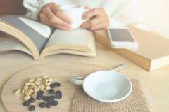 Momenti di rilassamento, tazza di caffè e un libro sulla tavola di legno nella n Fotografie Stock Libere da Diritti