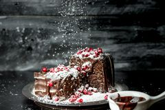 Momenti dolci - momenti dolci - i brownie hanno versato il cioccolato caldo e liquido, spruzzato con i semi rossi del melograno e fotografia stock