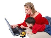 Momento adorável da família com matriz e filho no portátil foto de stock