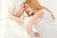 Momento adorable de abarcamiento cariñoso de la madre y de la hija Foto de archivo libre de regalías