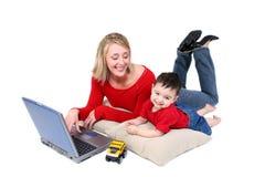 Momento adorable de la familia con la madre y el hijo en la computadora portátil Imágenes de archivo libres de regalías