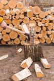 Momento de desbastar a lesma de madeira com o machado maciço do ferro Foto de Stock Royalty Free