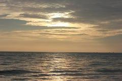 Momento de la puesta del sol en Pantai Cenang Fotos de archivo