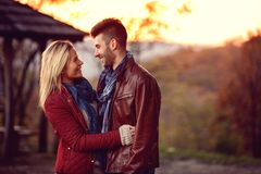 Momento de pares novos bonitos da felicidade imagem de stock