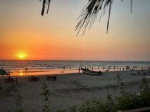 Momento del aterrizaje del sol en el mar imagen de archivo libre de regalías