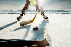 Momento del gioco di hockey su ghiaccio fotografie stock libere da diritti