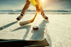 Momento del gioco di hockey su ghiaccio sul lago congelato fotografia stock