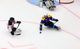 Momento del juego de hockey del trineo Imagen de archivo