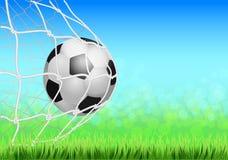 Momento di scopo della partita del gioco di calcio con la palla nella rete, maglia Palla di calcio nello scopo Immagini Stock Libere da Diritti