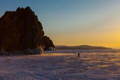 Momento di tramonto di felicità sull'isola di Olkhon nel lago congelato Baikal Fotografia Stock Libera da Diritti