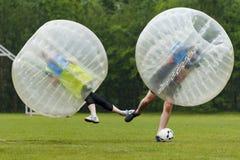 Momento divertido del fútbol de la burbuja Concepto: Diversión, deporte, volando Imagen de archivo