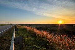 Momento do por do sol na estrada lateral Fotos de Stock