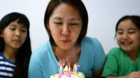 Momento felice del movimento lento della famiglia asiatica archivi video