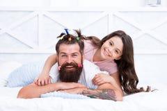 Momento feliz Aumentando a menina Crie o penteado engraçado Criança que faz o penteado que denomina a barba do pai Sendo meios do imagem de stock royalty free