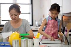 Momento feliz de la familia en cocina Fotos de archivo