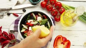Momento griego bajo en calorías vegetariano de la adición del jugo de limón de la opinión superior de la preparación de la ensala