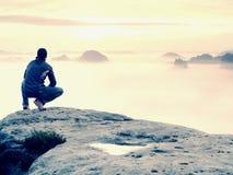 Momento hermoso el milagro de la naturaleza Niebla colorida en valle Alza del hombre Soporte de la silueta de la persona Fotos de archivo