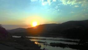 Momento impressionante do por do sol em um vale imagens de stock