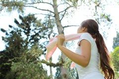 Momento rilassato della donna sportiva mentre allenamento Immagine Stock Libera da Diritti
