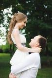 Momento romântico do casamento, par de recém-casados retrato de sorriso, abraço dos noivos foto de stock