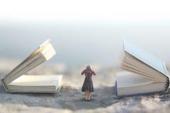 Momento surrealista donde una pequeña mujer para sus oídos para no escuchar dos libros que hablan gigantes imágenes de archivo libres de regalías