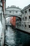 Momentopname van de brug van sighs de oude manier die de mensen vóór eeuwige gevangenis kruisen stock fotografie