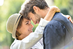 Momentos blandos de pares cariñosos al aire libre Fotos de archivo