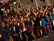 Momentos de destello de la danza de la multitud de la Eurovisión Imagen de archivo libre de regalías
