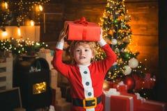 Momentos de la ni?ez Concepto de la media de la Navidad La cara alegre del ni?o consigui? el regalo en calcet?n de la Navidad Con imágenes de archivo libres de regalías