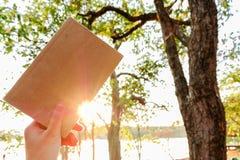 Momentos de relaxamento, um livro na natureza Abrandamento de solo, cor do tom do moderno fotos de stock royalty free