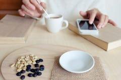 Momentos de relaxamento, xícara de café e um livro na tabela de madeira em n fotos de stock royalty free