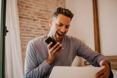 Momentos de trabajo en casa Hombre caucásico joven del compañero de trabajo en la ropa casual que trabaja en el ordenador portáti fotografía de archivo libre de regalías