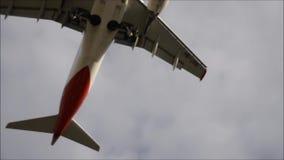 Momentos del aterrizaje del aeroplano - a pulso almacen de metraje de vídeo