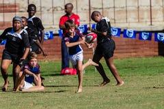 Jogo adolescente da bola da passagem do rugby Imagens de Stock Royalty Free