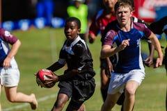 O rugby leva o adolescente do jogo da bola Imagem de Stock Royalty Free