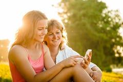 Momentos felices junto - madre e hija Imagen de archivo