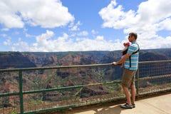 Momentos felices para el padre y su hija preciosa. Islan hawaiano Fotos de archivo libres de regalías