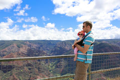 Momentos felices para el padre y su hija preciosa. Islan hawaiano Fotos de archivo