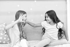 Momentos felizes da infância Cresça cabelo forte e saudável Conceito dos cuidados capilares Cabelo forte Jogo alegre das crianças imagem de stock royalty free