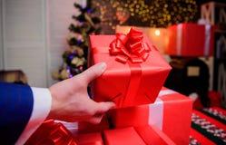 Momentos mágicos Prepare los regalos de la sorpresa para la familia y los amigos Prepárese por la Navidad y el Año Nuevo E imágenes de archivo libres de regalías
