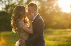 Momentos románticos de un par joven de la boda en prado del verano Foto de archivo