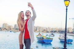 Momentos românticos junto, pares novos no amor que faz o selfie no feriado que sorri, tendo o divertimento, barcos no fundo, Malt fotos de stock royalty free