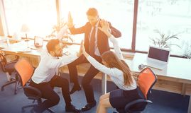Moments d'amusement des coll?gues dans le bureau ensoleill? photo libre de droits