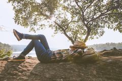 Moments de détente, jeune détente asiatique de garçon extérieure sur le lac dans le coucher du soleil Détendez le temps sur le vo Photos stock