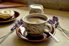 Moments de matin de relaxation et de relaxation avec du café et le dessert frais sur un fond en bois image libre de droits