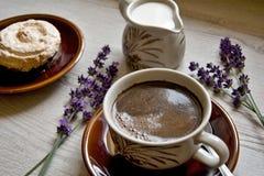 Moments de matin de relaxation et de relaxation avec du café et le dessert frais sur un fond en bois photos libres de droits