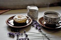Moments de matin de relaxation et de relaxation avec du café et le dessert frais sur un fond en bois image stock