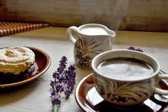 Moments de matin de relaxation et de relaxation avec du café et le dessert frais sur un fond en bois photo stock